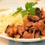 Гуляш из говядины с грибами по-французски