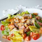 Салат «Цезарь» с лососем и черри