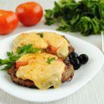 Рубленный шницель с сыром и помидорами