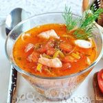 Томатный суп с лапшой и креветками
