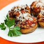 Запеченные грибы с сыром и помидорами