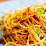 Спагетти с вялеными помидорами и чесноком