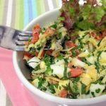 Салат из лосося с яйцом и сыром