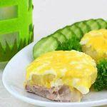 Запеченная свинина под сыром с ананасами