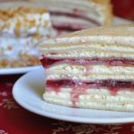 Творожный блинный торт с вишневым джемом