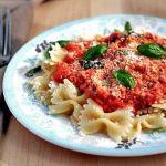 Фарфалле с томатно-сырным соусом