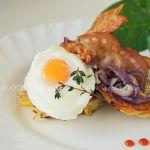 Драники с беконом и яйцом